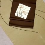 きもの:小紋着尺…紐(茶ベージュ) 帯:塩瀬九寸名古屋帯…色紙にススキ(チャコール)